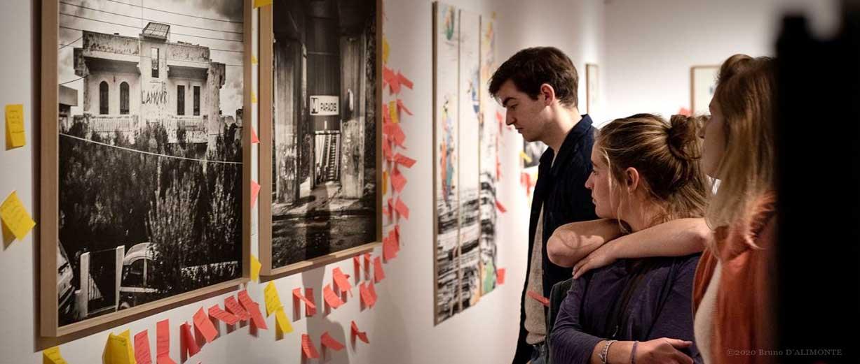 Truc Troc 2019 public regardant une œuvre d'art entourée de post-its
